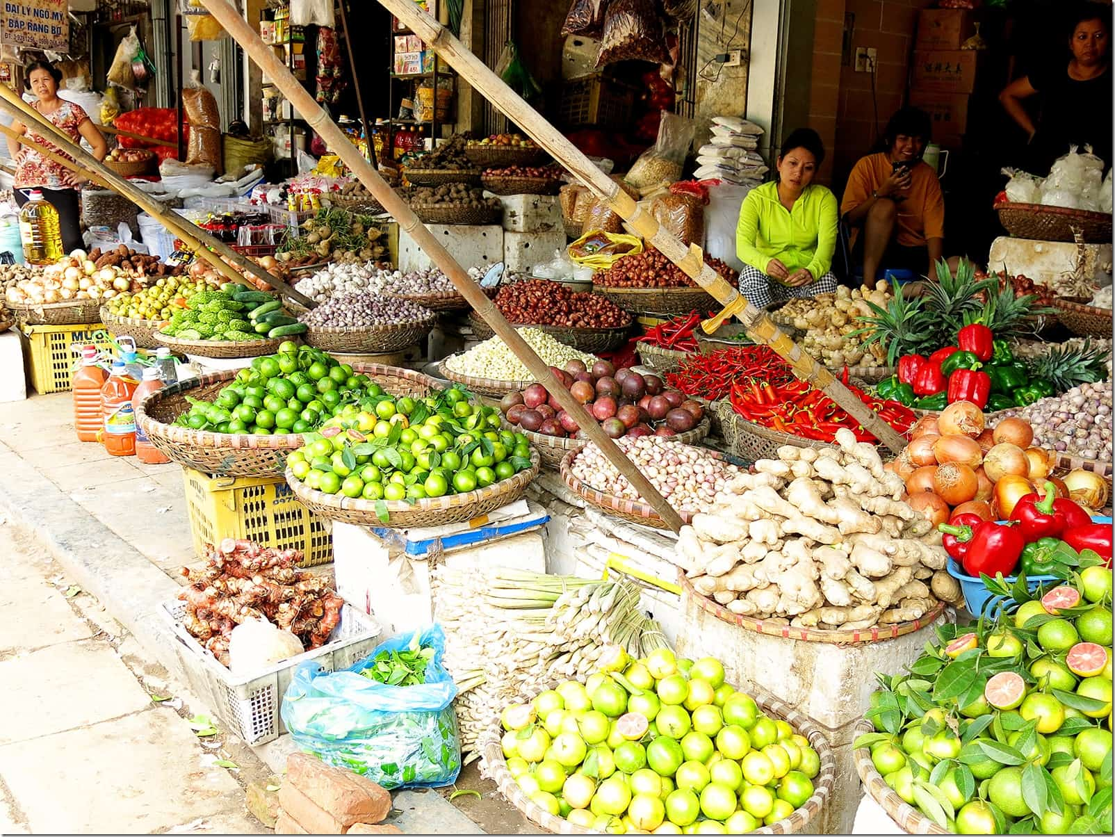 Authentic-things-to-do-in-Hanoi-markets-2