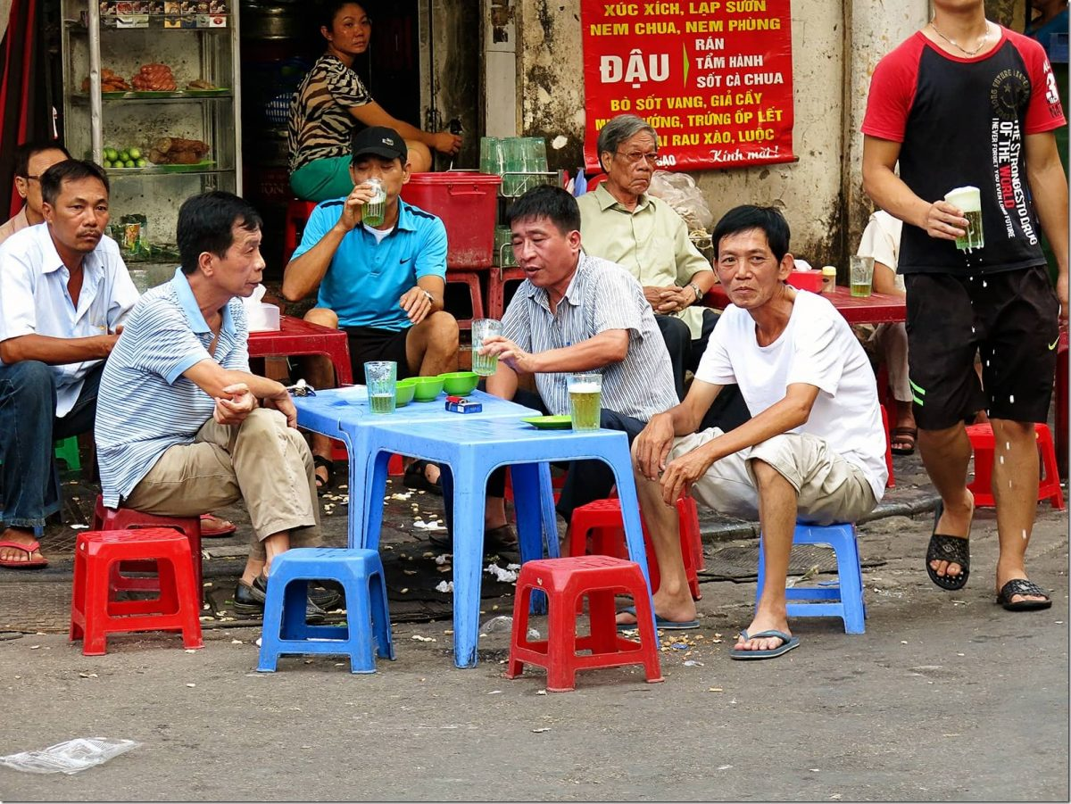 Thing-to-do-in-Hanoi---Locals-drinking-beer