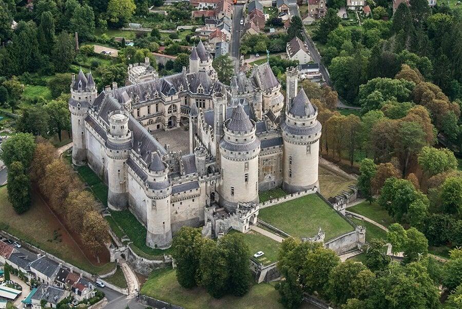 Vue aérienne du Château de Pierrefond - 60 - restauré par Viollet le Duc