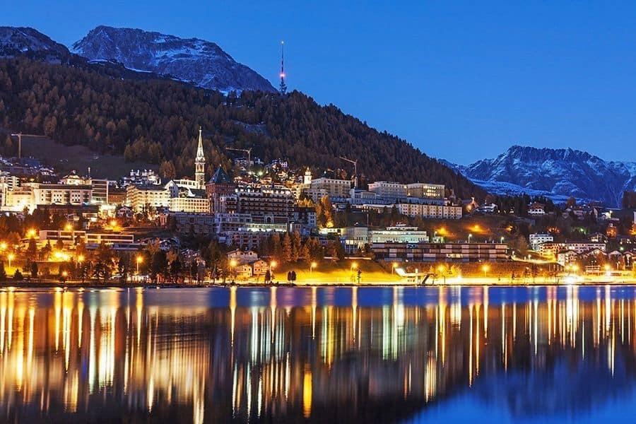 St. Moritz mit St. Moritzersee bei Nacht im Engadin in Graubünden, Schweiz