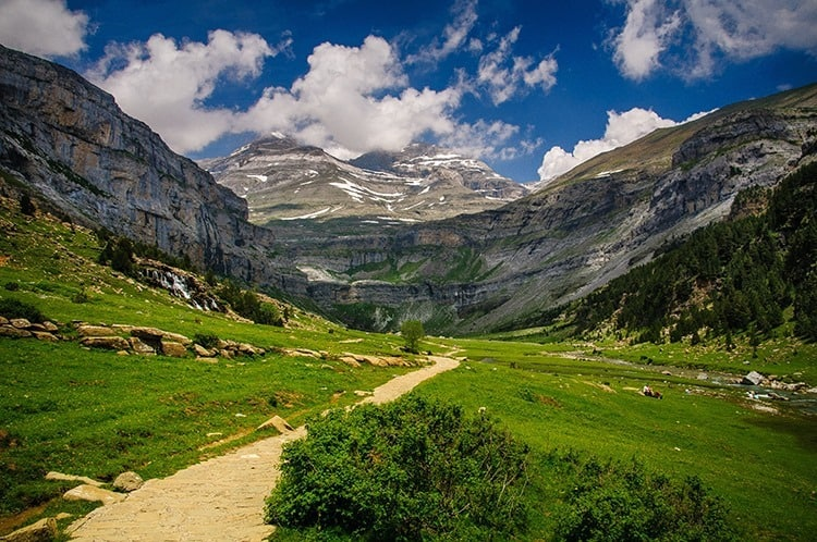 Valle de Ordesa y Monte Perdido con nubes. (Pirineos / Pyrenees)